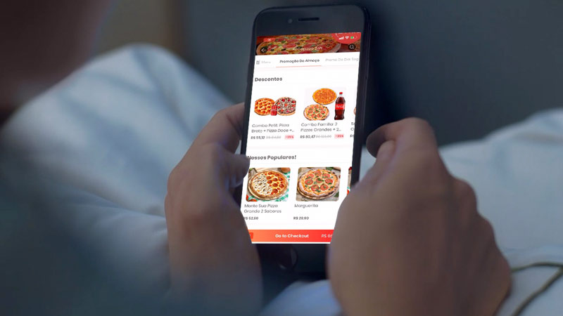 Using Rappi app to order pizza online.