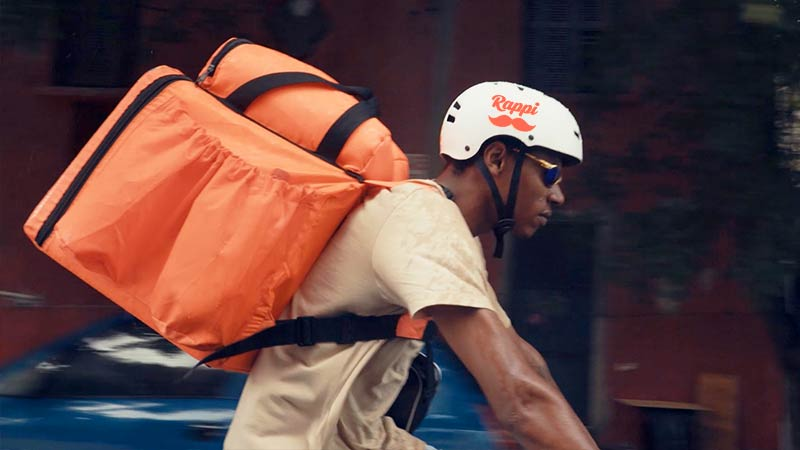 Rappitendero (courier) delivering an order.